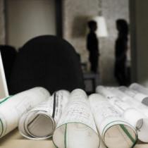 Schreibtisch mit Bauplänen