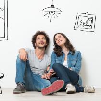 Ein Paar lehnt an der Wand, träumt vom Eigenheim.